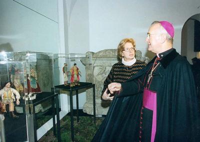 pre 04 - 23ª edizione 1998 - La Dr.ssa Mariacarla Menaglia con S.E. Monsignor Giuseppe Mani durante l'inaugurazione dell'Esposizione