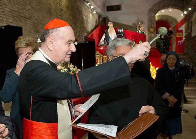 pre 21 - 37ª edizione 2012 - S.E.R. Angelo Cardinale Comastri benedice i presenti ed i presepi esposti prima di iniziare la visita