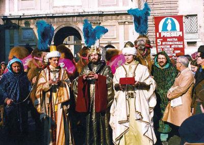 pre 24 - 5a edizione 1980 - Arrivo del corteo dei Re Magi in Piazza del Popolo diretti alle Sale del Bramante sede dell'Esposizione 100 Presepi