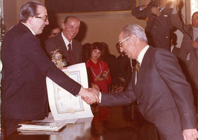 """rdn 14 - L'On. Giulio Andreotti premia il Dott. Manlio Menaglia come """"Leader d'opinione e del turismo"""""""